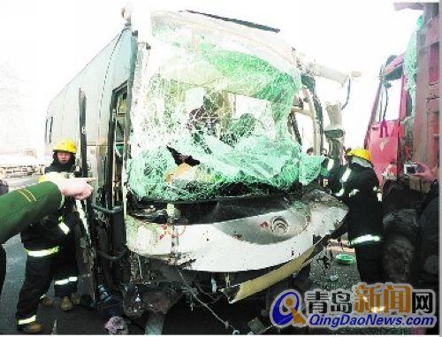 """长城豪华大客车; 大客失控撞车""""毁容"""" 祸酿两人受伤(图)-青岛新闻网"""