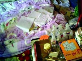 狭小的房间内,盒子里装着小药瓶和挂点滴用的塑料