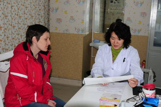 http://health.qingdaonews.com/images/attachement/jpg/site1/20130325/f0def10d8dca12ba47bb01.jpg /enpproperty--> 走进王静怡在青岛妇婴医院的办公室,她正和医院年轻的产科医生讨论专业,不时有医护人员或准妈妈进来,向她征询意见。凭着多年来的经验,这位业务院长的回答总能让来访者迷茫地来,放心地离开。在30多年的从医路上,她给自己定下一切为病人安全着想、一辈