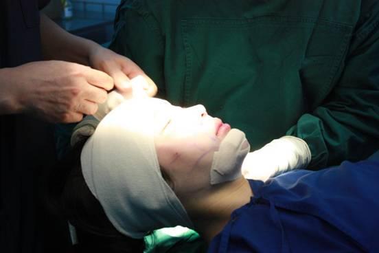 用纱布包扎好伤口,手术结束了-甄羽歆 走近美丽的日子