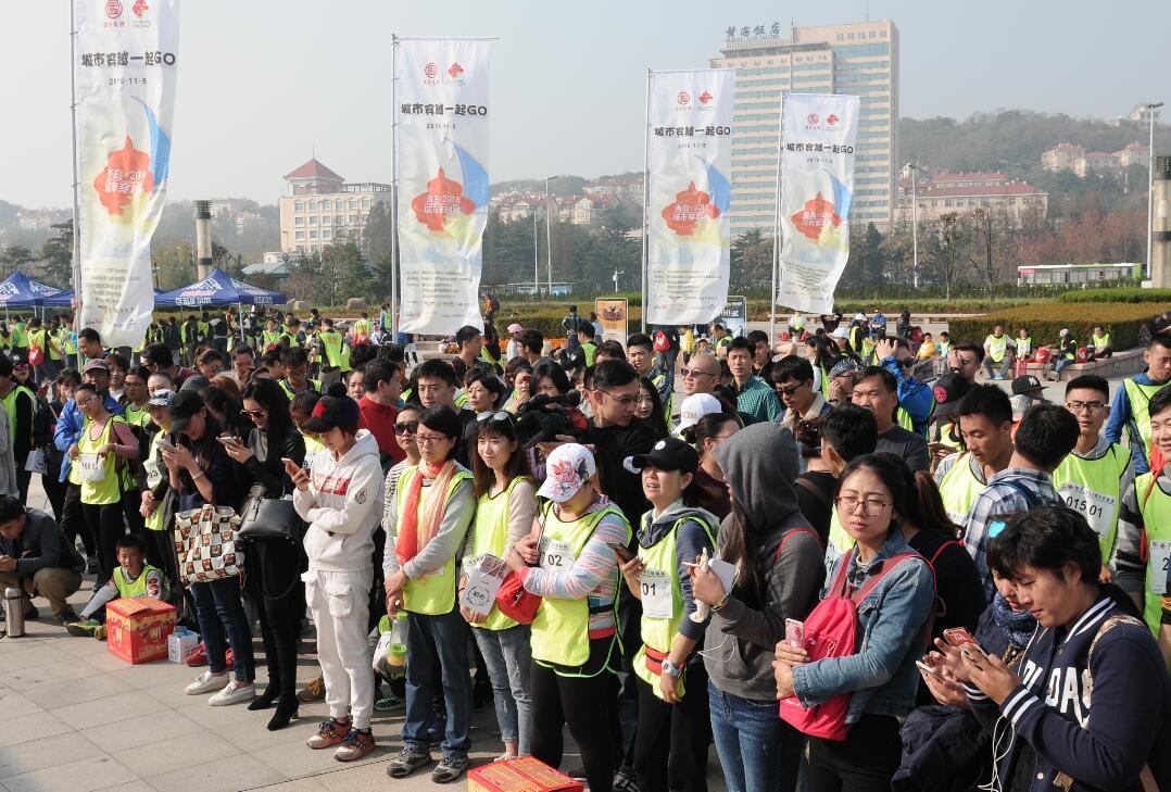 首届青岛城市穿越赛热力开跑 倡导绿色出行